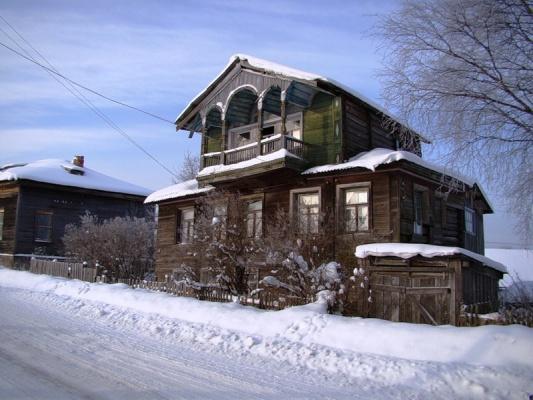 Бывший поповский дом, напротив церкви..........