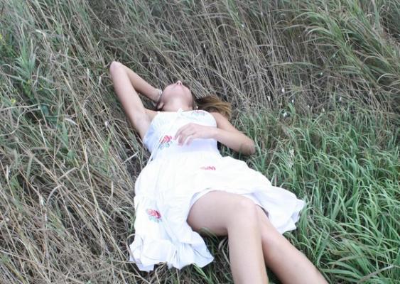 На траве))).