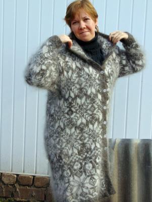 Пальто из козьего пуха с капюшоном