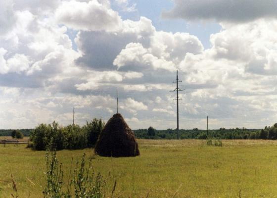 Одинокий стог в поле.