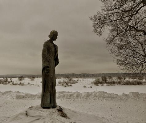 Три памятника в г. Тарусе на высоком берегу Оки.