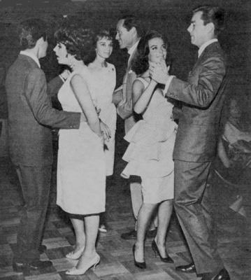 Элизабет Тейлор, Натали Вуд и Одри Хепберн  неловко танцуют со своими мужчинами.
