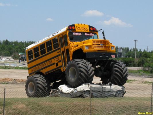 Школьный автобус для детей  из диких  мест