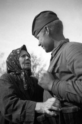 Жительница украинского села и советский солдат 1943 год