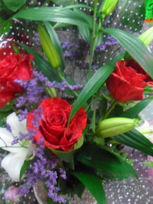Розы алые в букете.