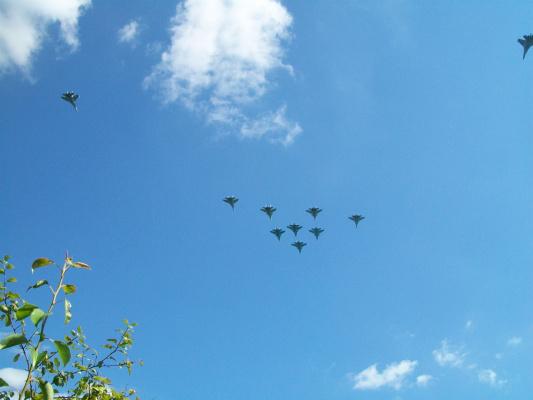 Над дачей,полетели на парад военно-воздушных сил