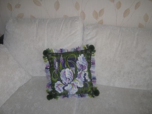 Подушка с ирисами