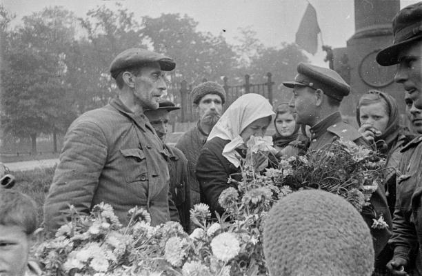 Командир дивизии клянётся крепче бить фашистских извергов