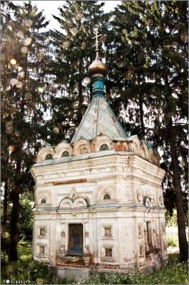 Старинная часовенка со следами немецких пуль в куполе......