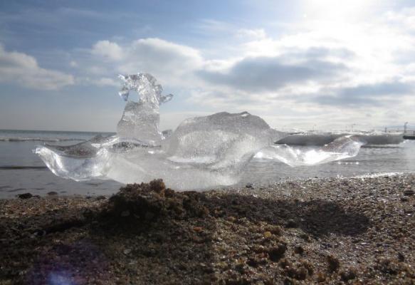 Последние льдинки на пляже