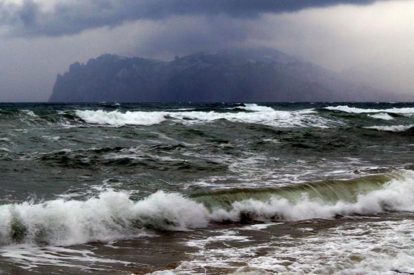 шторм в бухте Провато