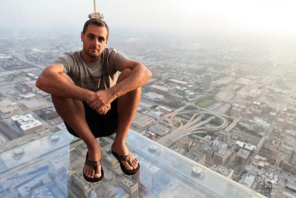 Ну как не переживать за такого сыночка-экстремала???!!:) Чикаго. Самый высокий небоскреб Америки.