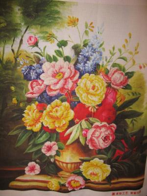 Розы в золотой вазе