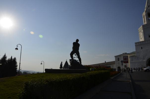 Около Казанского кремля стоит этот памятник. Кому он установлен и за что?