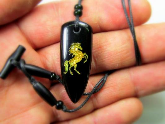 Кулон с символом коня