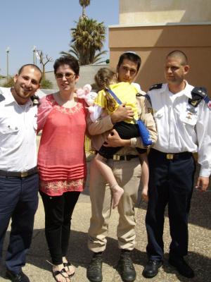 командир сына Натан(слева) и командир корабля Амир Гутман