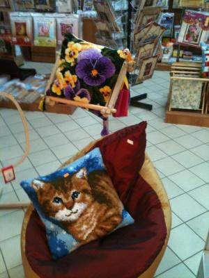 Кресло и две подушки
