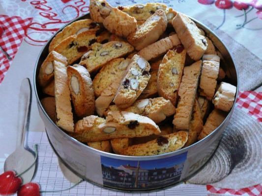 Итальянские бискотти с миндалем и изюмом