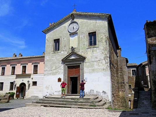 Это часовенка в одном из маленьких горных городков Италии Кальката. На стене висит объявление. Что на нём написано? (Фото объявления ниже)