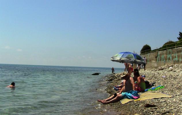 Дивноморское. На правой окраине пляжа.