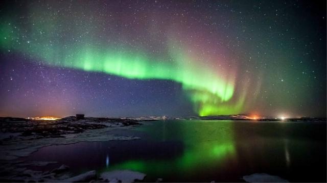 Почему появляется северное сияние?