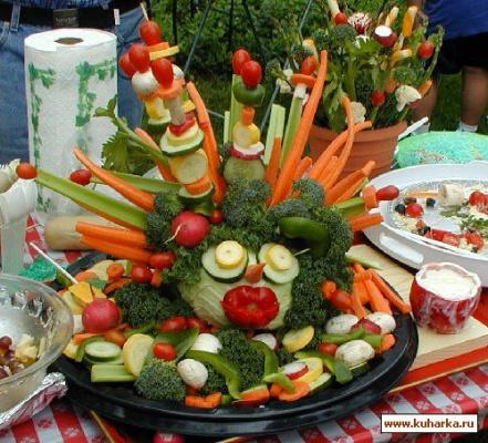 Диетологи советуют съедать каждый день по крайней мере 5 порций различных овощей и фруктов. Украшения преображают даже привычные блюда, всегда радуя детей и взрослых. Красиво оформленное блюдо пробуждает аппетит.