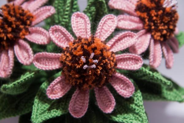 Вязаные цветы в горшочке крючком в