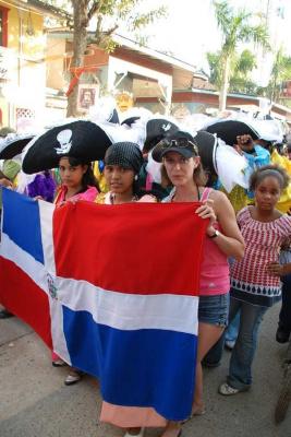 Несут доминиканский флаг...