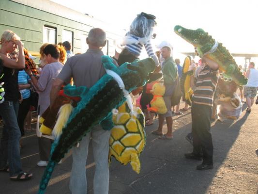 ...перрон...г.Жлобин(Беларусия)бойкая торговля мягкими игрушками