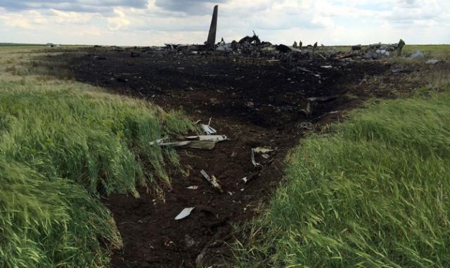 Над Луганском сбит самолет Ил-76 (фото №7)