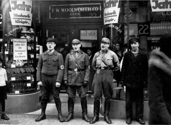 Нацисты поют песню призывая бойкотировать еврейский магазин