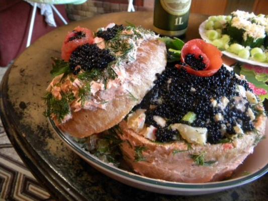 сундучок из хлеба с закуской из соленой рыбы