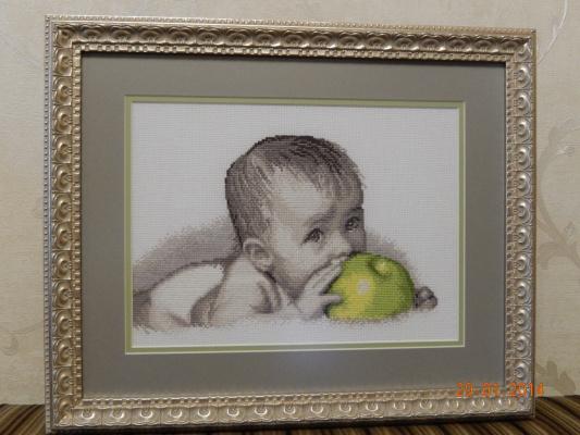 Малышс яблоком