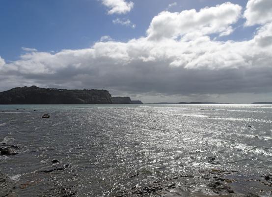 Дальний пляж в контровом свете