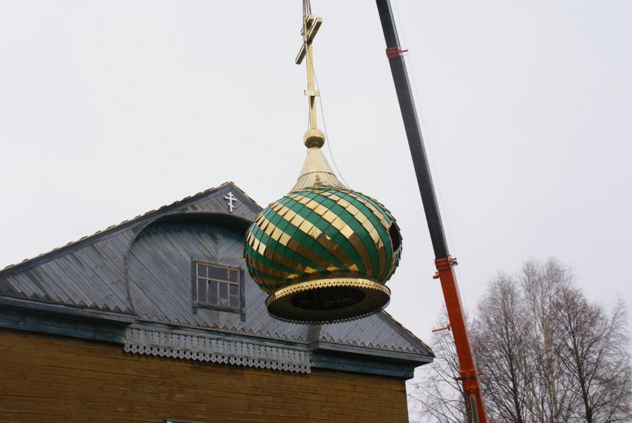 Подъем купола с крестом на крышу храма