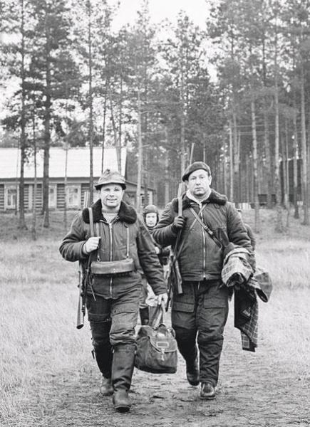 Космонавты Юрий Гагарин и Алексей Леонов на охоте. СССР. 60-е