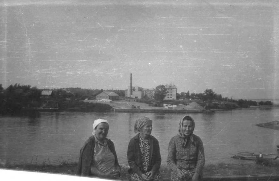 Бабушки. На берегу Пушавки. Июнь 1970 года.