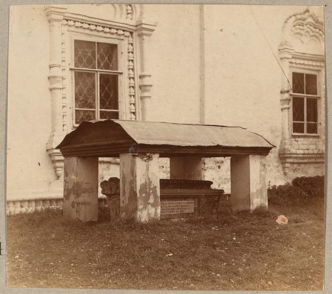 Гробница при Воскресенской церкви.