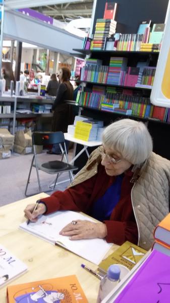 Юнна Мориц на книжной  выставке на ВДНХ  9 сентября 2017 г.  даёт автографы читателям.