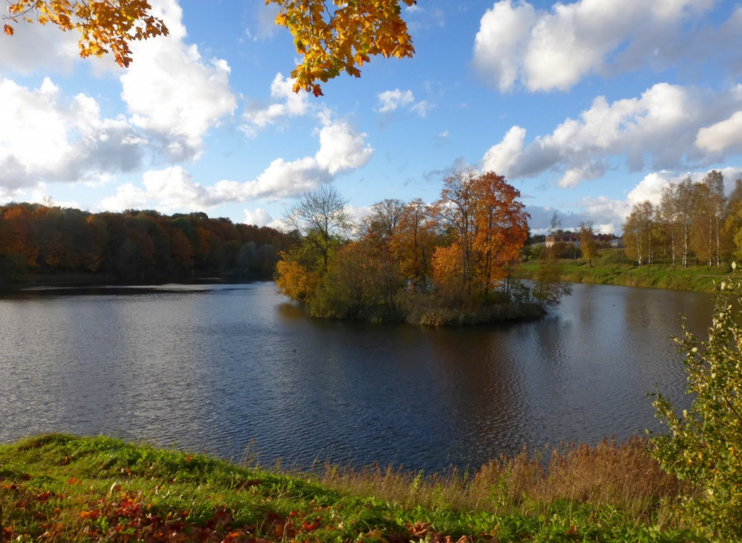 Озеро и золотая осень