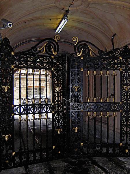 Ворота особняка фото рельса с роликом для ворот