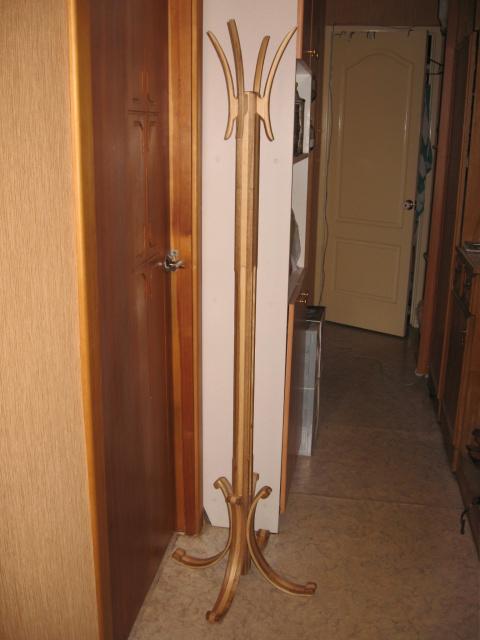 вешалка деревянная на стойке