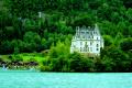 Сказочный замок на берегу озера в Швейцарии