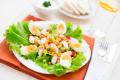 Салат из крабовых палочек с гренками