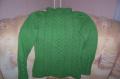 Зеленый пуловер.