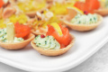 Тарталетки с авокадо и лососем