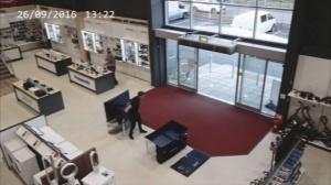 Мужик разбил в магазине четыре телевизора за несколько секунд
