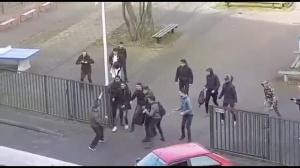 Школьники прогнали придурка, напавшего на школу с двумя ножами