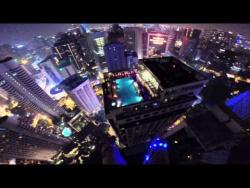 Бейсджампер Джон Ван Хорн вместе со своим другом совершил прыжок с крыши 335-метровой башни Менара Куала-Лумпур в бассейн на крыше соседнего отеля