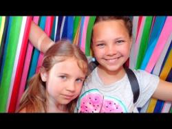 Ксюша и Настя идут в Ленточный лабиринт на ВДНХ. Развлечения для детей.